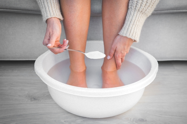 Solución casera para los pies cansados: exfoliación y masaje de pies